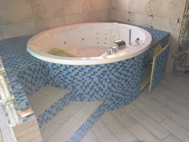 Вариант облицовки джакузи в бане