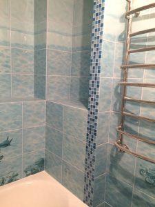 Ванная с коробами из гипсокартона облицована плиткой